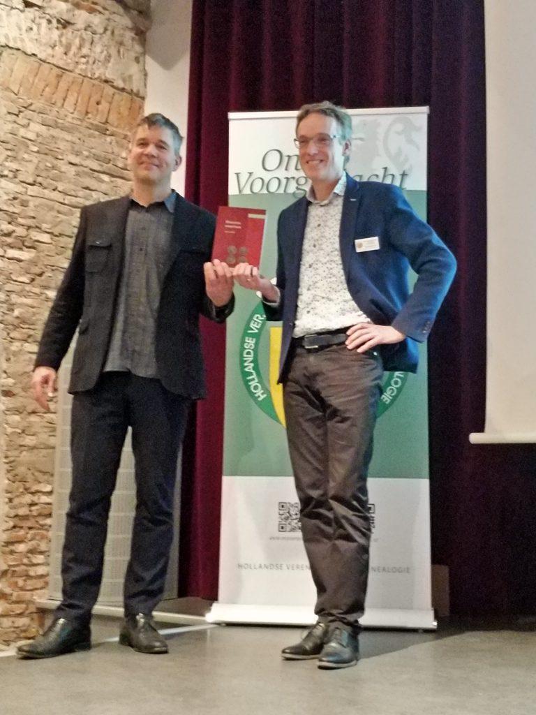 Auteur Denis Verhoef neemt Utrechtse parentelen 8 in ontvangst van voorzitter Teun van der Vorm